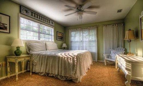 Thoạt nhìn thì có vẻ đẹp và sang trọng nhưng hóa ra những thiết kế phòng ngủ này lại đang âm thầm gây hại cho sức khỏe của gia chủ - Ảnh 3.