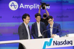 Các nhà đồng sáng lập Biên độ: Spenser Skates (Giám đốc điều hành), Curtis Liu (CTO) và Jeffery Wang (Kiến trúc sư trưởng) ký giấy chứng nhận niêm yết tại trụ sở NASDAQ ở Thành phố New York
