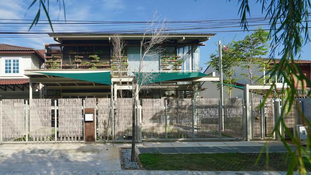 Ngôi nhà được biến tấu với vườn treo thay vì mặt tiền - Ảnh 1.
