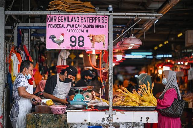 Nhiều quốc gia ở Đông Nam Á đang phải mở cửa sống chung với dịch bệnh