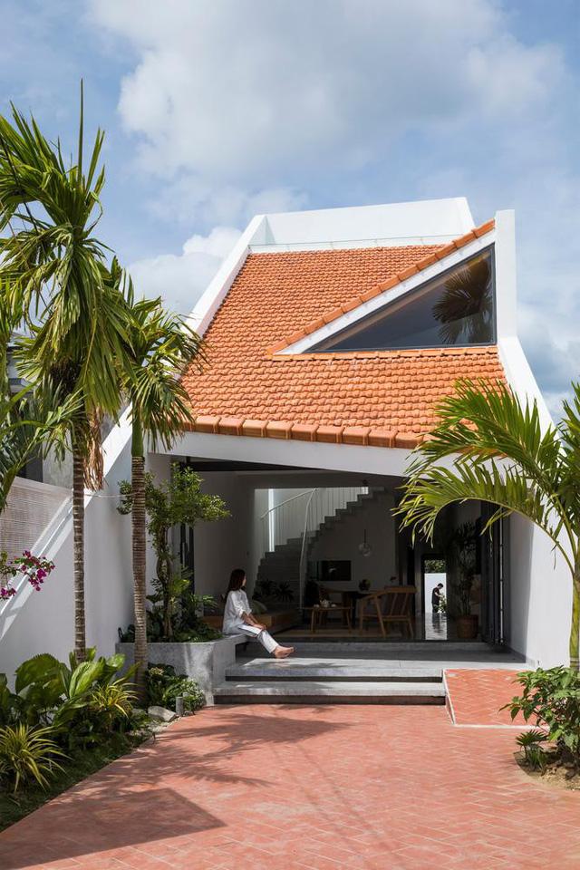 Lạ với ngôi nhà hình ống 2 tầng sử dụng mái ngói làm mặt tiền - Ảnh 4.