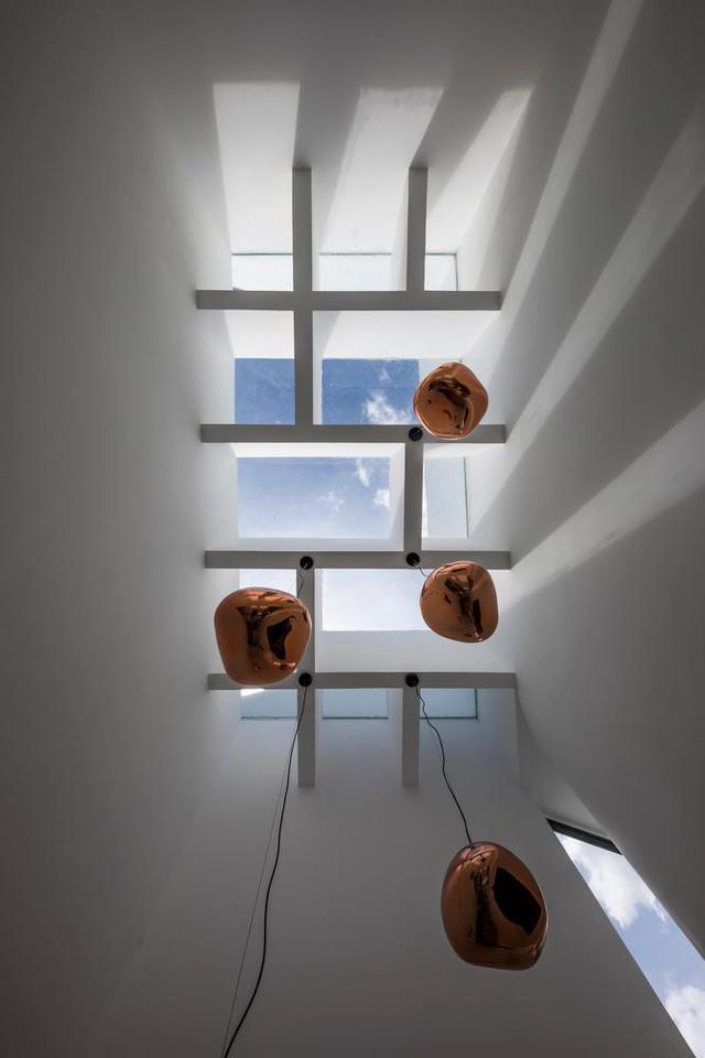 Ngôi nhà hình ống 2 tầng lạ mắt sử dụng mái ngói làm mặt tiền - Ảnh 12.