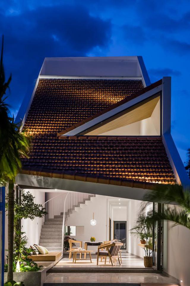 Lạ với ngôi nhà hình ống 2 tầng sử dụng mái ngói làm mặt tiền - Ảnh 6.