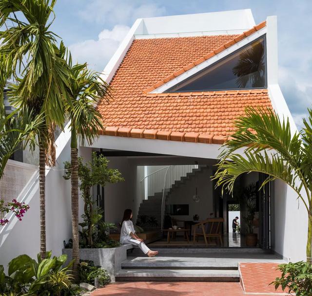Lạ với ngôi nhà hình ống 2 tầng sử dụng mái ngói làm mặt tiền - Ảnh 5.