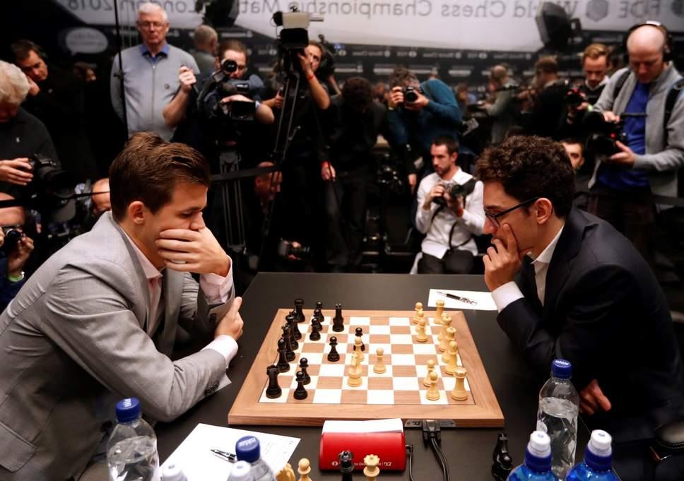 Kiện tướng cờ vua Magnus Carlsen trao cúp NFT sau chiến thắng giải đấu
