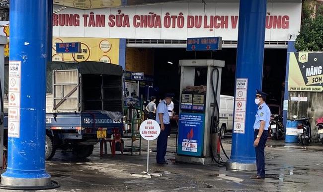 """Cửa hàng xăng dầu Việt Hùng bị xử phạt vì treo biển """"mất điện"""", chỉ bán không quá 50.000 đồng/xe"""